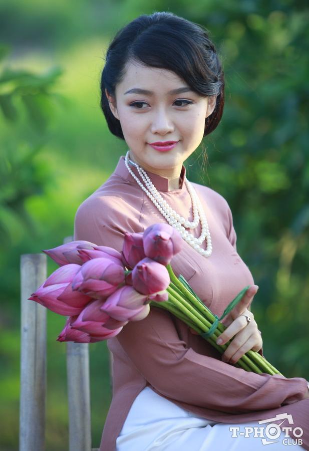 hoa sen và thiếu nữ 15859887
