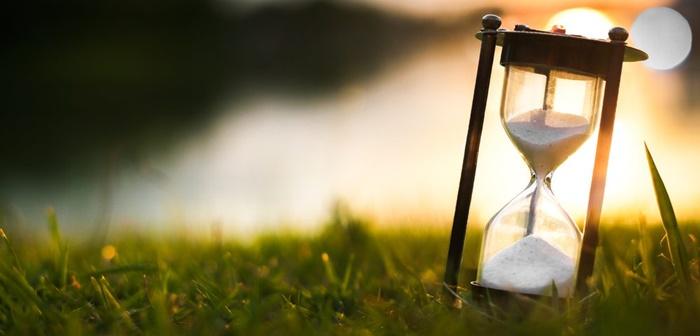 Hình ảnh đồng hồ cát đầy tính biểu tượng