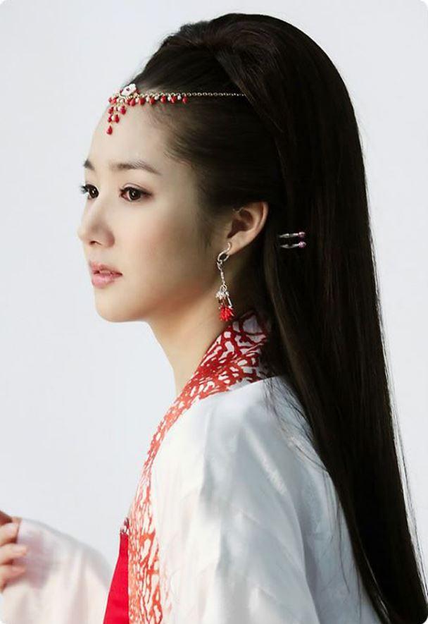 Điểm nhấn của cổ trang Hàn là mái tóc đẹp thướt tha