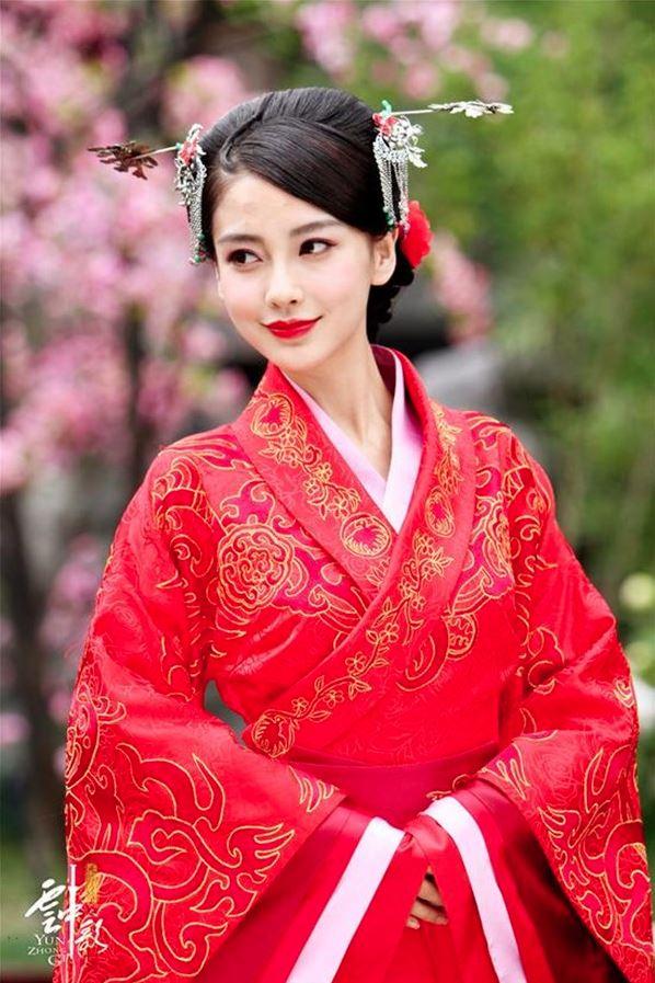 Trang phục màu đỏ thường xuất hiện trong hỷ sự