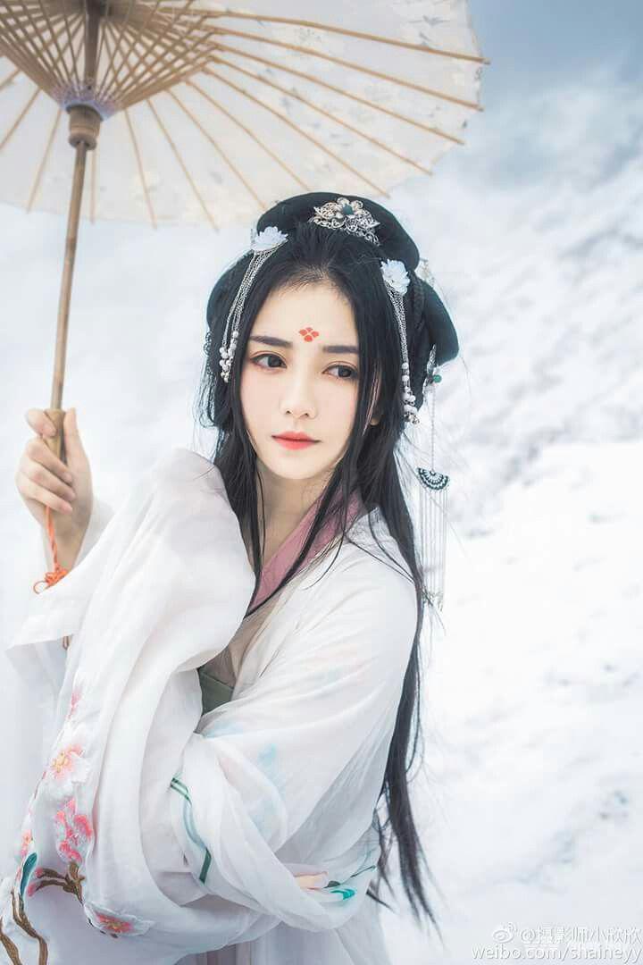 Một thiếu nữ với ô, mái tóc và phụ kiện kết hợp hoàn hảo