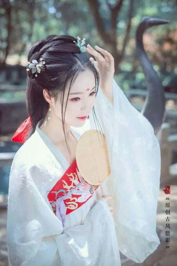 Áo dài trắng là trang phục cổ trang thường thấy