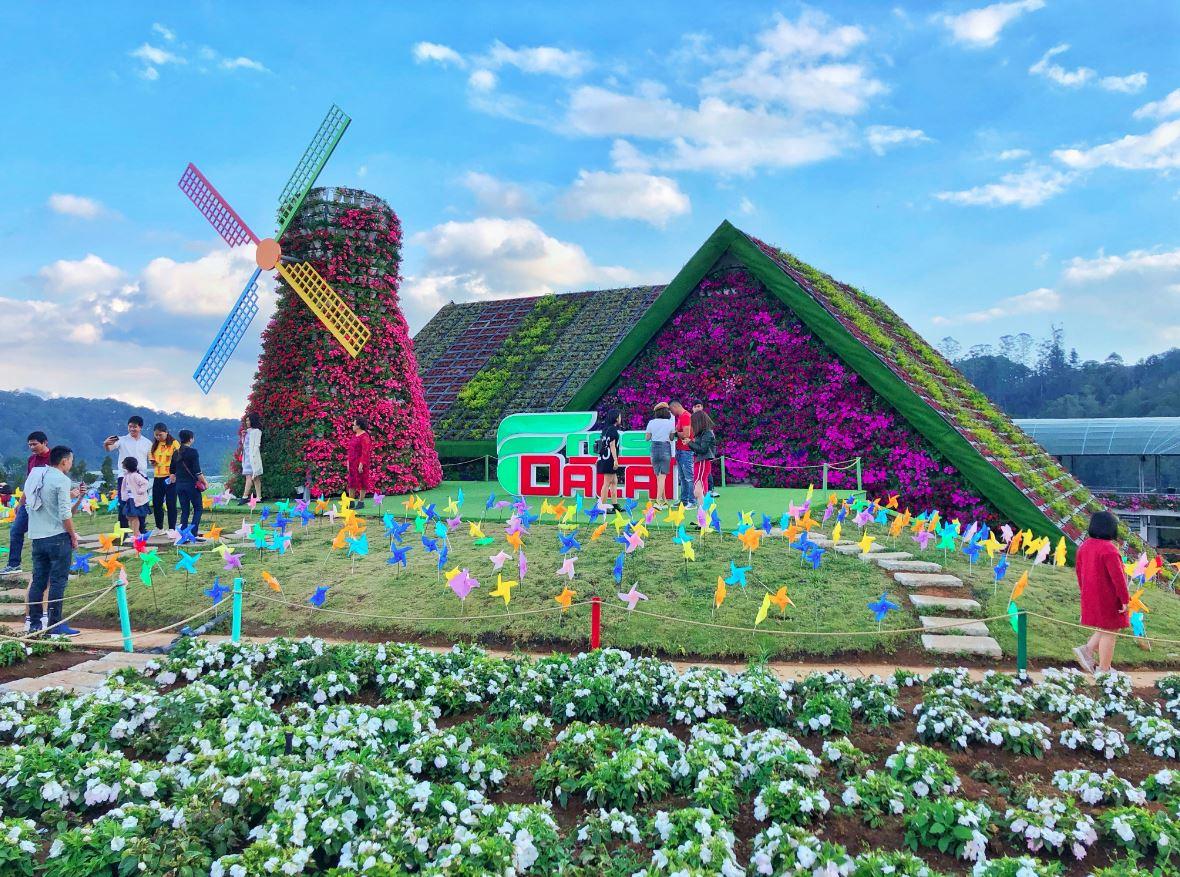 Một vườn hoa được thiết kế đẹp mắt, cầu kỳ